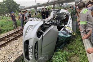 Ô tô va chạm với tàu hỏa, 5 người thương vong