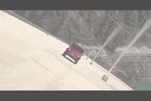 Mercedes G-Class mới chinh phục con đập cao 100m