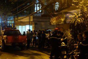 Hà Nội: Người đàn ông nước ngoài leo qua nhiều nóc nhà, có dấu hiệu bất thường