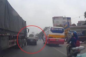 Bị xe tải va quẹt, ôtô bẻ lái chắn trước mũi xe