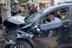Sau tai nạn liên hoàn, thanh niên nghi ngáo đá ngồi trên xe nhảy múa