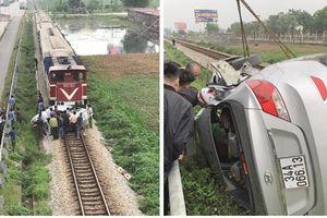 Ô tô bẹp dúm sau va chạm với tàu hỏa, 2 người tử vong