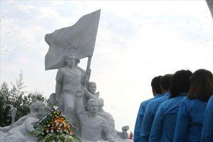 Cán bộ Công đoàn Khánh Hòa dâng hương tưởng nhớ các anh hùng liệt sĩ Gạc Ma