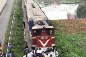 Tin mới vụ tàu hỏa kéo lê ô tô trên đường ray, khiến nhiều người thương vong