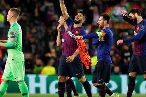 Ronaldo gọi, Messi trả lời với dấu giày trong 4 bàn của Barcelona