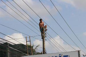 Gần 3h giải cứu nam thanh niên nghi ngáo đá nhảy trên đỉnh cột điện