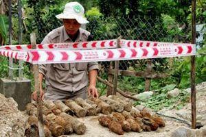 Tá hỏa phát hiện 25 quả đạn súng cối dưới nền nhà dân Quảng Trị