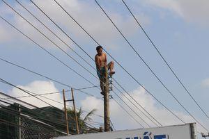 Giải cứu nam thanh niên nghi 'ngáo đá' leo lên trụ điện
