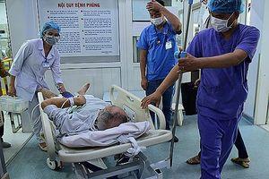 Làm việc từ 4h sáng, trưa không được nghỉ, mặt trái của bác sĩ bệnh viện công