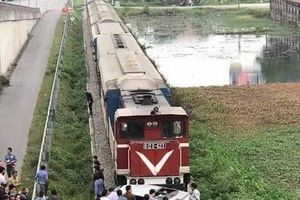 Từ vụ ô tô va chạm với tàu hỏa ở Hải Dương: Kinh nghiệm điều khiển xe qua đường sắt an toàn