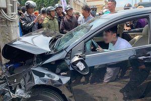 Lái ô tô tông nát hàng hoạt phương tiện, người đàn ông nghi ngáo đá vẫn ngồi trong xe 'quẩy' say sưa