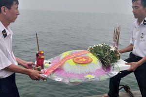 Cựu binh Gạc Ma thả vòng hoa xuống biển tưởng nhớ đồng đội