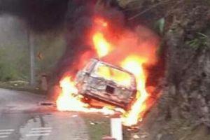 Đấu đầu xe bán tải trên QL 6, ô tô bốc cháy dữ dội