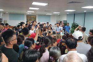 Hàng trăm người mua đất bao vây trụ sở công ty bất động sản