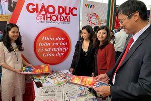 Thứ trưởng Lê Hải An thăm gian trưng bày của Báo Giáo dục & Thời đại