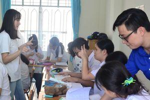 Tỏa sáng vì cộng đồng: Dạy trẻ câm điếc học tiếng Anh