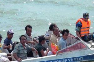 Ghe câu mực chìm trên vùng biển Bến Tre, tài công phát tín hiệu cầu cứu