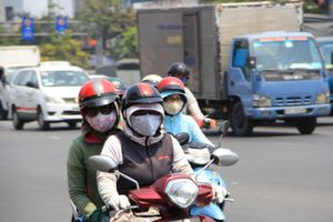 Người Sài Gòn bịt kín mít khi ra đường vì nắng nóng 'như đổ lửa'