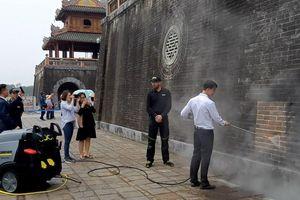 Xem chuyên gia Đức làm sạch Ngọ Môn - Huế bằng công nghệ tiên tiến