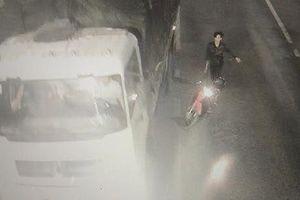 Nhóm thanh niên xông vào hầm đường bộ cầm dao chém xe tải