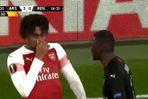 Va chạm, sao Arsenal bịt mũi chê đối thủ hôi miệng