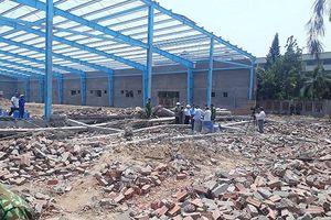 Sập tường công trình ở Vĩnh Long, 5 người tử vong, nhiều người khác đang bị vùi lấp
