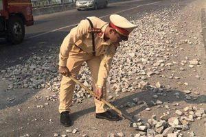 CSGT Bình Định truy tìm xe tải chở đá rơi vãi trên đường