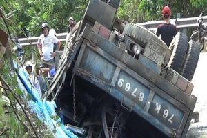Xe tải lật giữa đèo, 1 người tử vong, 3 tấn kính văng tung tóe
