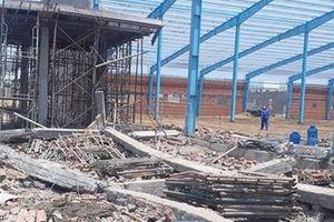 Hiện trường vụ sập bức tường đang xây ở Vĩnh Long