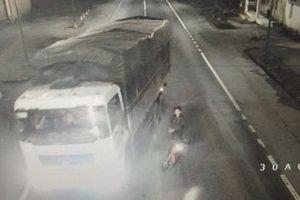 5 thanh niên dùng hung khí chặn xe tải ở hầm Phước Tượng