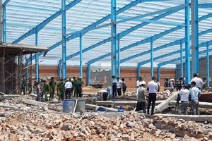 Sập nhà xưởng đang xây dựng tại Vĩnh Long, ít nhất 5 người chết