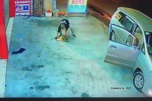Cẩu tặc đi ôtô, dùng súng điện trộm chó ngay trước nhà