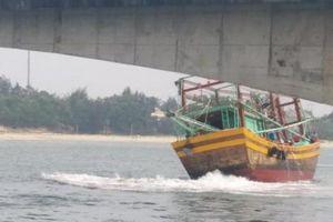 Quảng Trị: Tàu cá mắc cạn, tàu bán dầu bị phạt