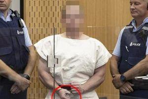 Kẻ xả súng giết 49 người ở New Zealand có cử chỉ tay đáng sợ tại tòa