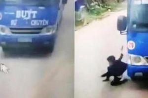Thót tim cảnh bé trai thoát chết thần kỳ nhờ cú bẻ lái của tài xế xe buýt