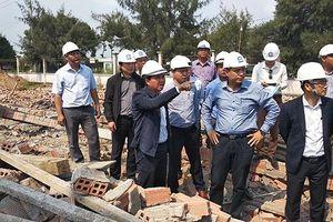 Phong tỏa hiện trường điều tra vụ sập tường làm sáu người chết