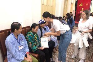 Hoa hậu Việt Nam Trần Tiểu Vy trao quà, động viên người bệnh ung thư