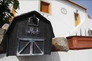 Dân làng Tây Ban Nha ngỡ ngàng khi mỗi sáng mở cửa thấy tiền để trước nhà