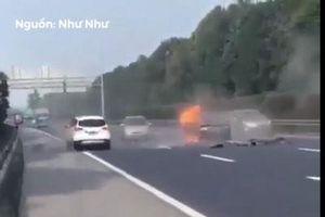CLIP: Ôtô bị đâm bốc cháy do đột ngột dừng trên đường cao tốc
