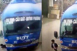 Thót tim clip bé trai 6 tuổi bị xe buýt tông thoát chết trong gang tấc