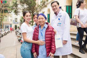 Hoa hậu Tiểu Vy được yêu mến trong vòng tay các bệnh nhân ung thư