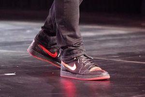 Elon Musk ra mắt xe điện nhưng dân mạng chỉ quan tâm đôi giày