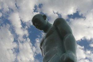 Tượng người đàn ông cúi đầu gây tranh cãi ở Huế