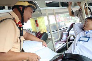 CSGT TP.HCM phạt không cài dây an toàn: Khách đổ tại tài xế không nhắc!