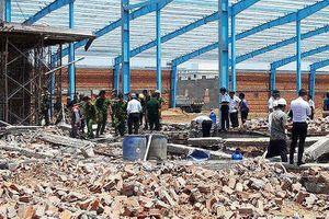 Vụ sập tường 6 người tử vong: Đình chỉ thi công, khám nghiệm hiện trường