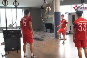 Đình Trọng, Văn Hậu biểu diễn kỹ thuật chuyền bóng qua vòng tại phòng gym
