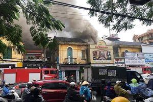 Hải Phòng: Cháy lớn tại một khách sạn, 4 người mắc kẹt trong đám cháy