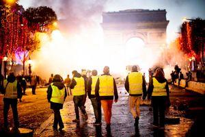 Quốc tế nổi bật: Lửa vẫn cháy trên thành Paris