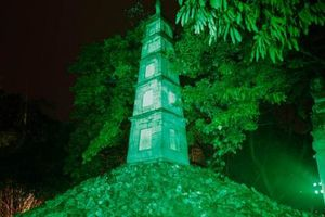 'Nhuộm xanh' Tháp Bút (Hà Nội) hưởng ứng chiến dịch 'Nhuộm xanh toàn cầu'