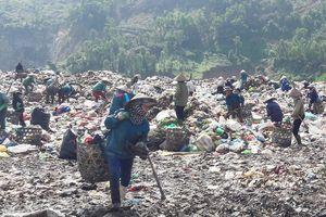 Phận người 'bới rác tìm cơm' tại bãi rác lớn nhất Đà Nẵng